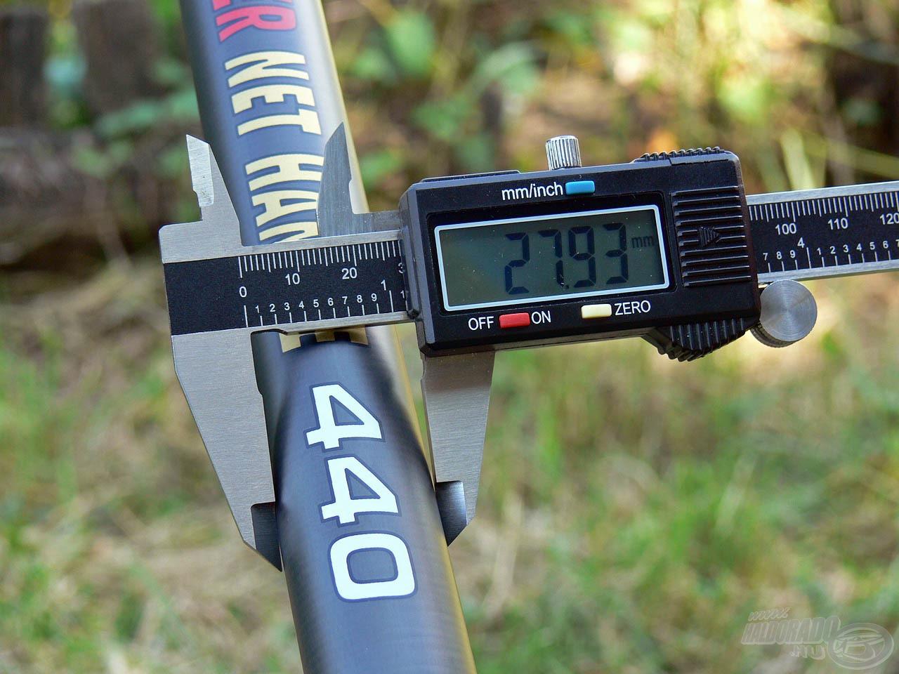 A nyéltag átmérője ebben az esetben is csekély maradt, mindössze 28 mm