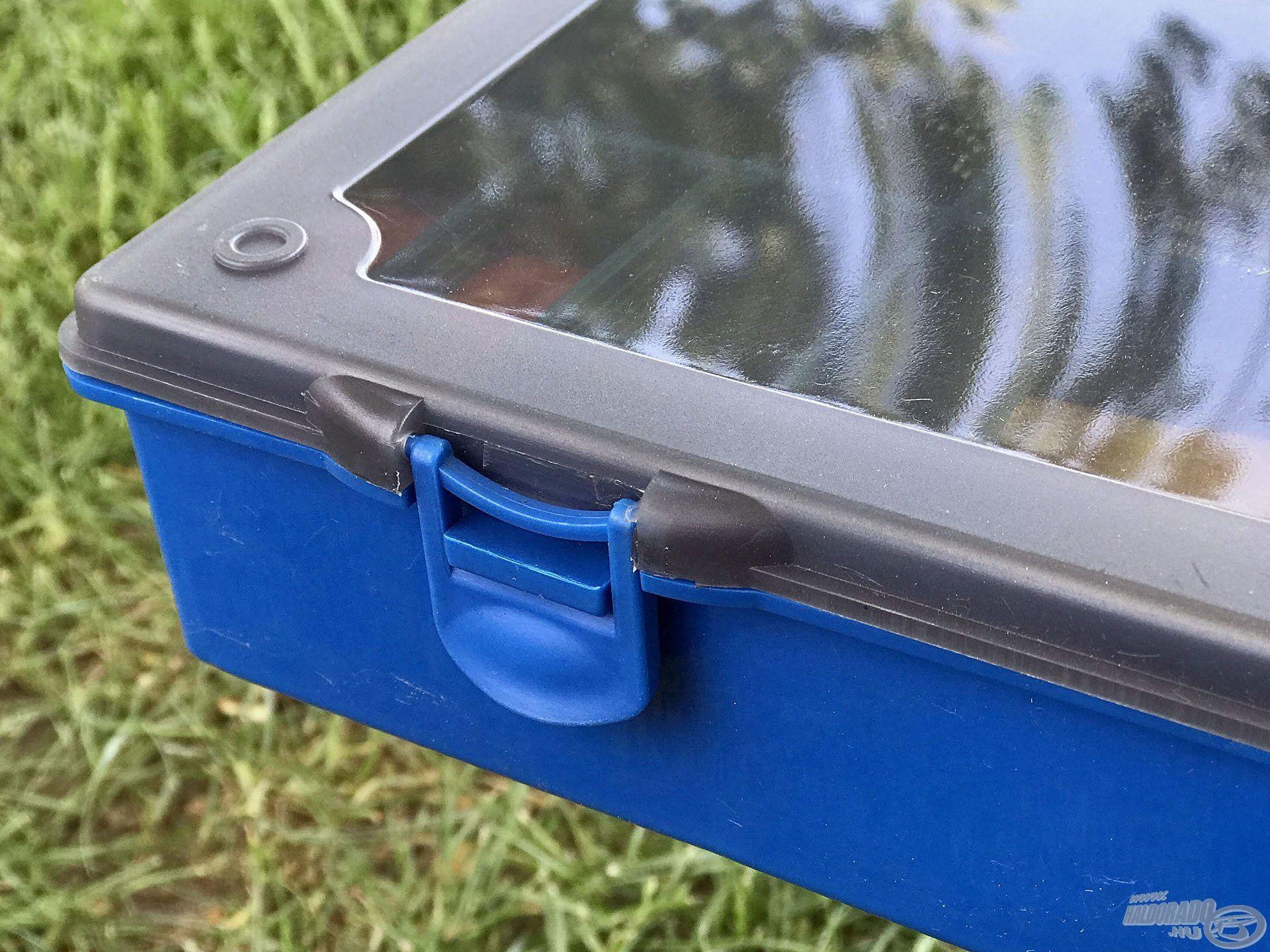 A minőségi, rugalmas műanyagból készült patentokkal a dobozok megbízhatóan zárhatóak