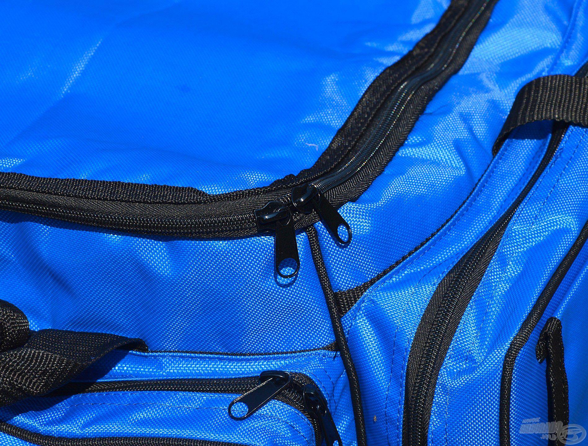 A táska jó minőségű, tartós cipzárakkal rendelkezik