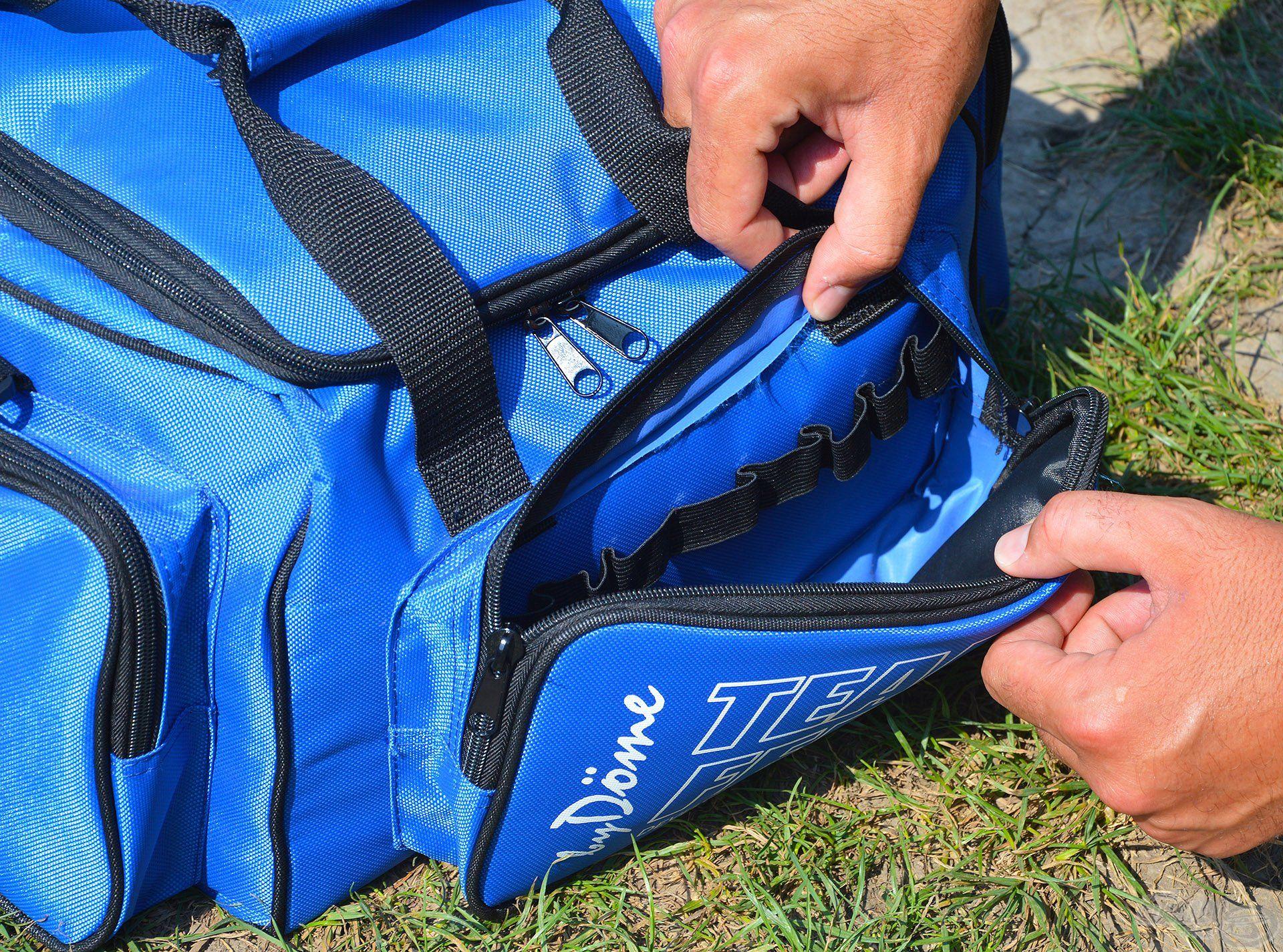 A táska elején található egy cipzáras rekesz, amiben rugalmas gumi fülek is helyet kaptak