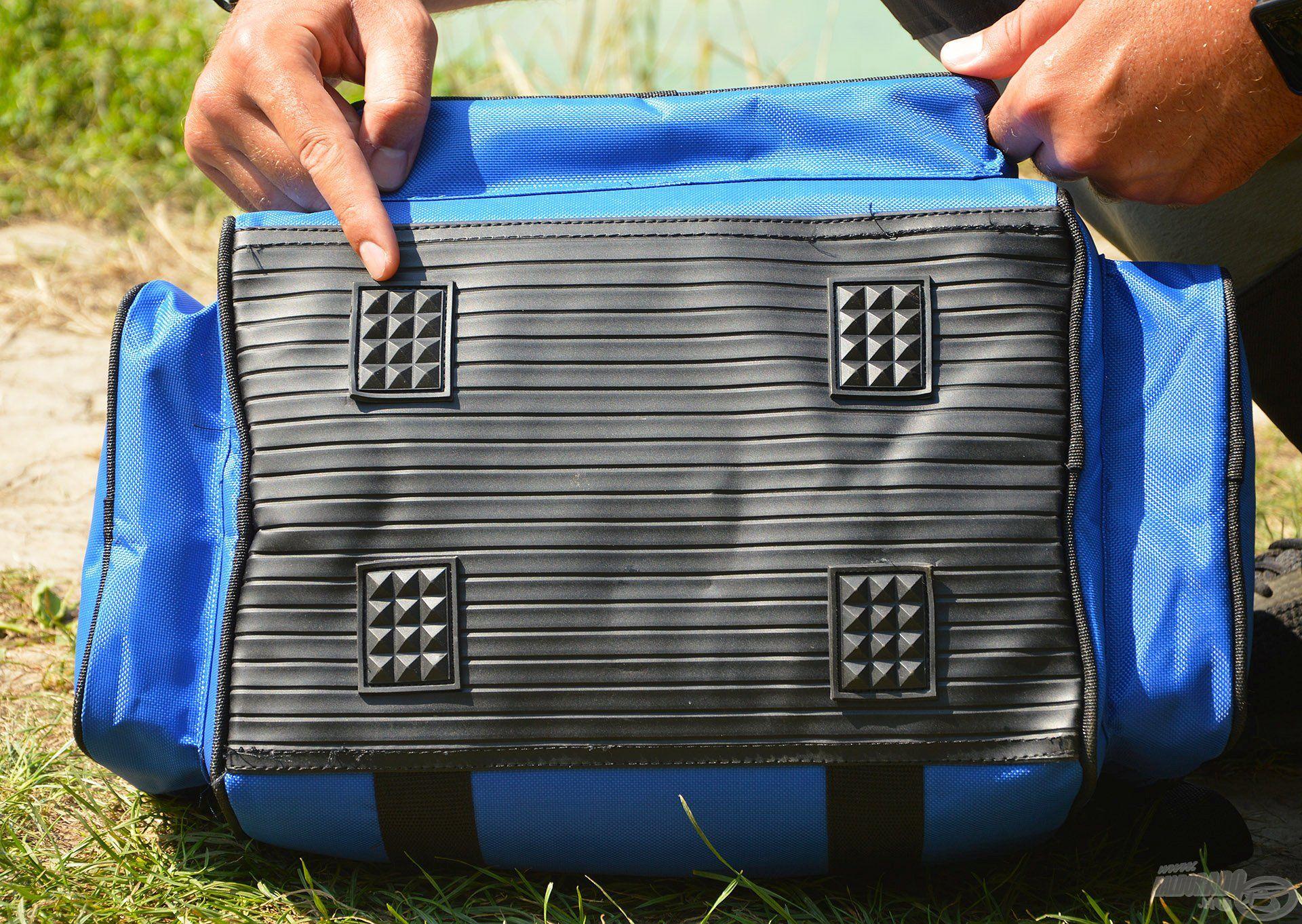 E táskának is vízhatlan borítást kapott az alja, valamint 4 db csúszásgátló egység is került rá