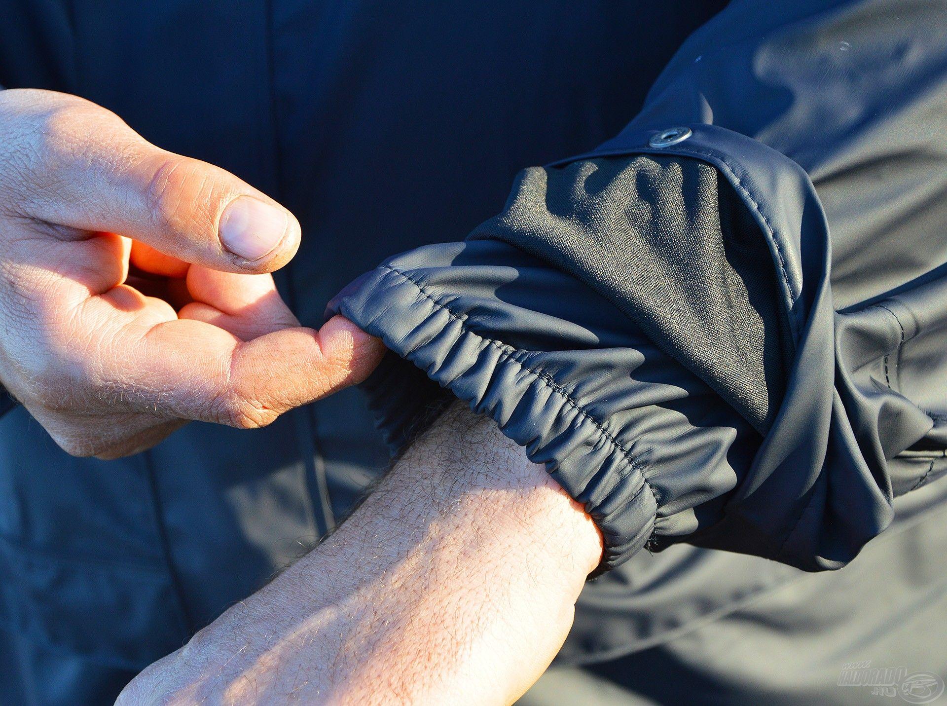 A mandzsetta alatt gumírozott a kabát ujjának anyaga, így nem csúszik fel