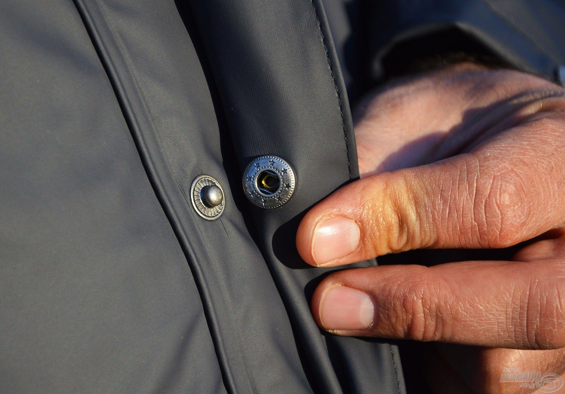 A cipzárt egy patentokkal zárható résszel lehet elfedni