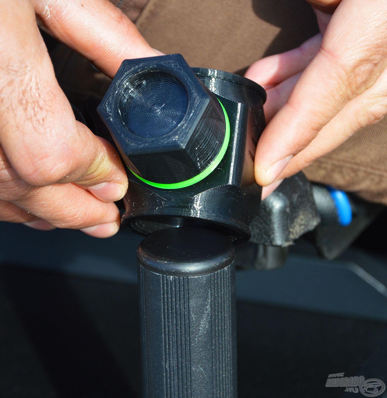 A rögzítő adapter pontosan ráillik a megfelelő méretű hengeres lábra
