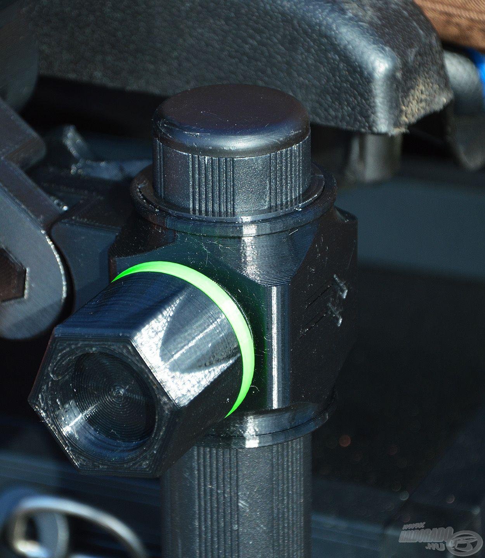 Marokcsavarral lehet az adaptert rögzíteni