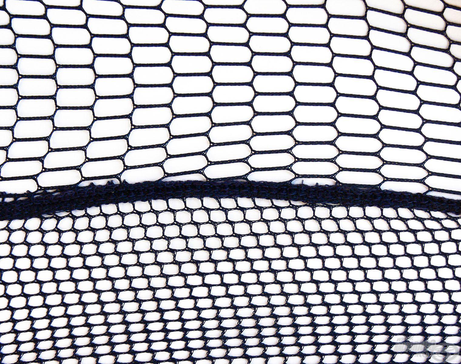 ...ennek megfelelően a háló anyaga nagy teherbírású hálószövet, ami jól bírja a fokozott igénybevételt!Kialakítása oldalt közepes, alul pedig sűrű lyukbőségű