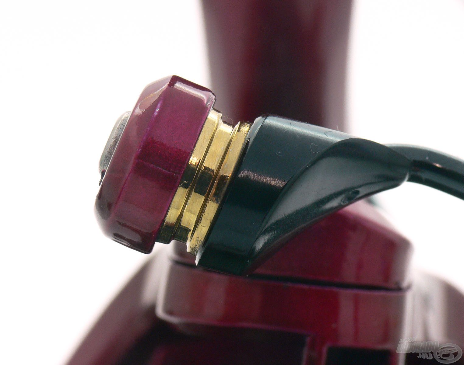 A csapágyazott zsinórvezető görgő egyedi, erősített kialakítása révén mindig a megfelelő helyre kényszeríti a zsinórt és a csavarodást is meggátolja