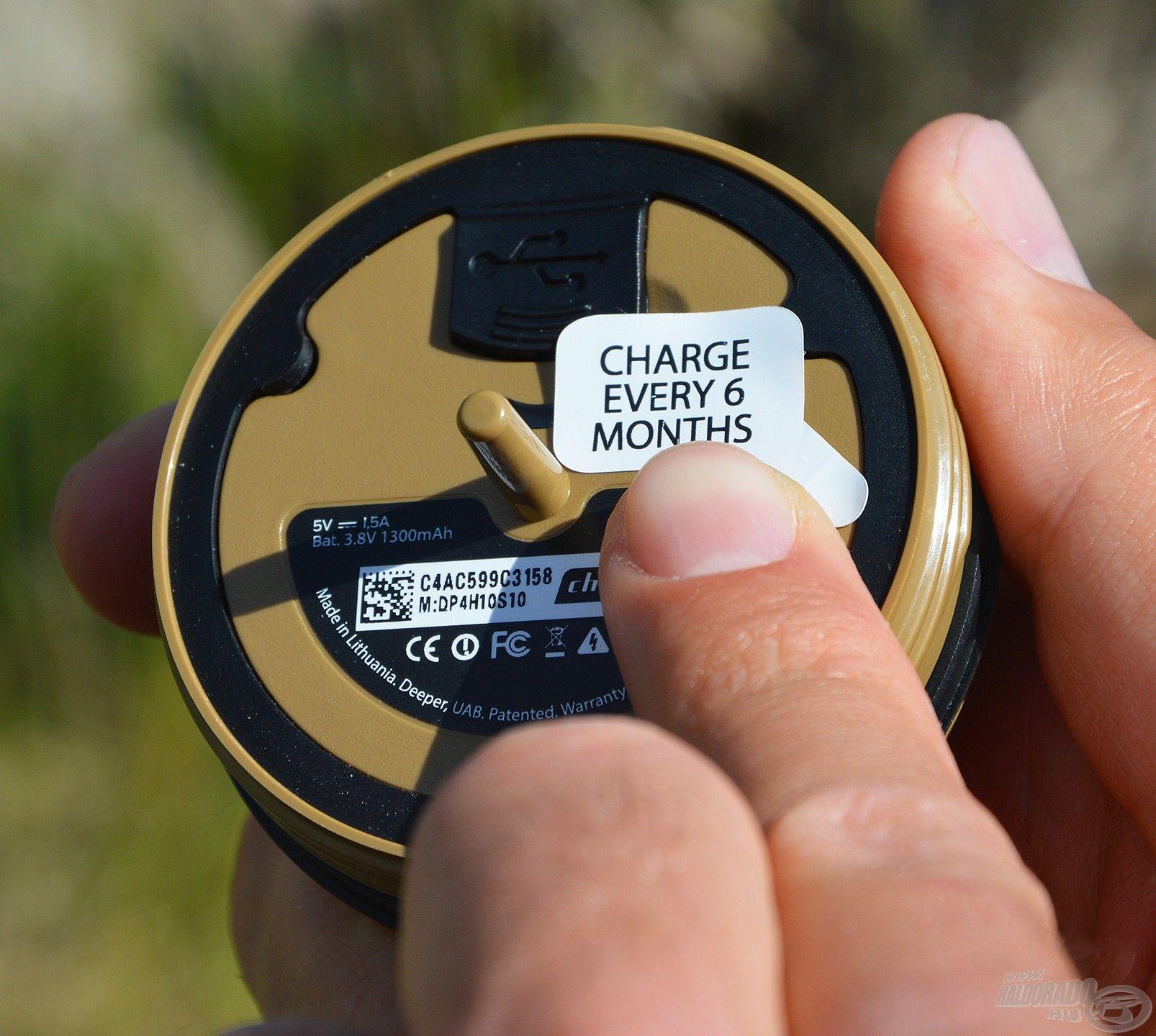 A belső résznél egy matrica fontos üzenetet közöl: 6 havonta mindenképpen tölteni kell a készüléket!