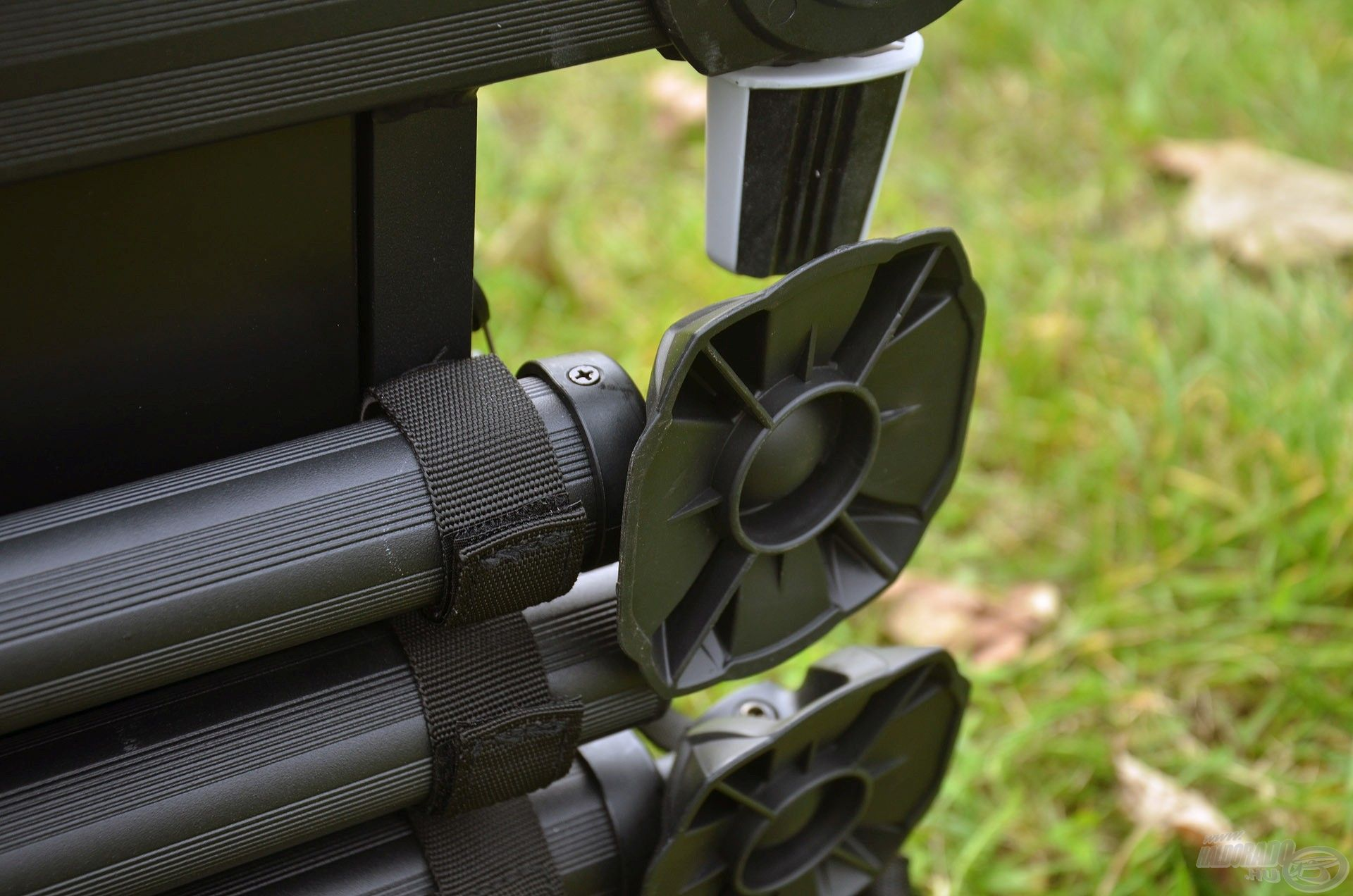A kivehető lábak tépőzár segítségével rögzíthetők az ülőfelület alá