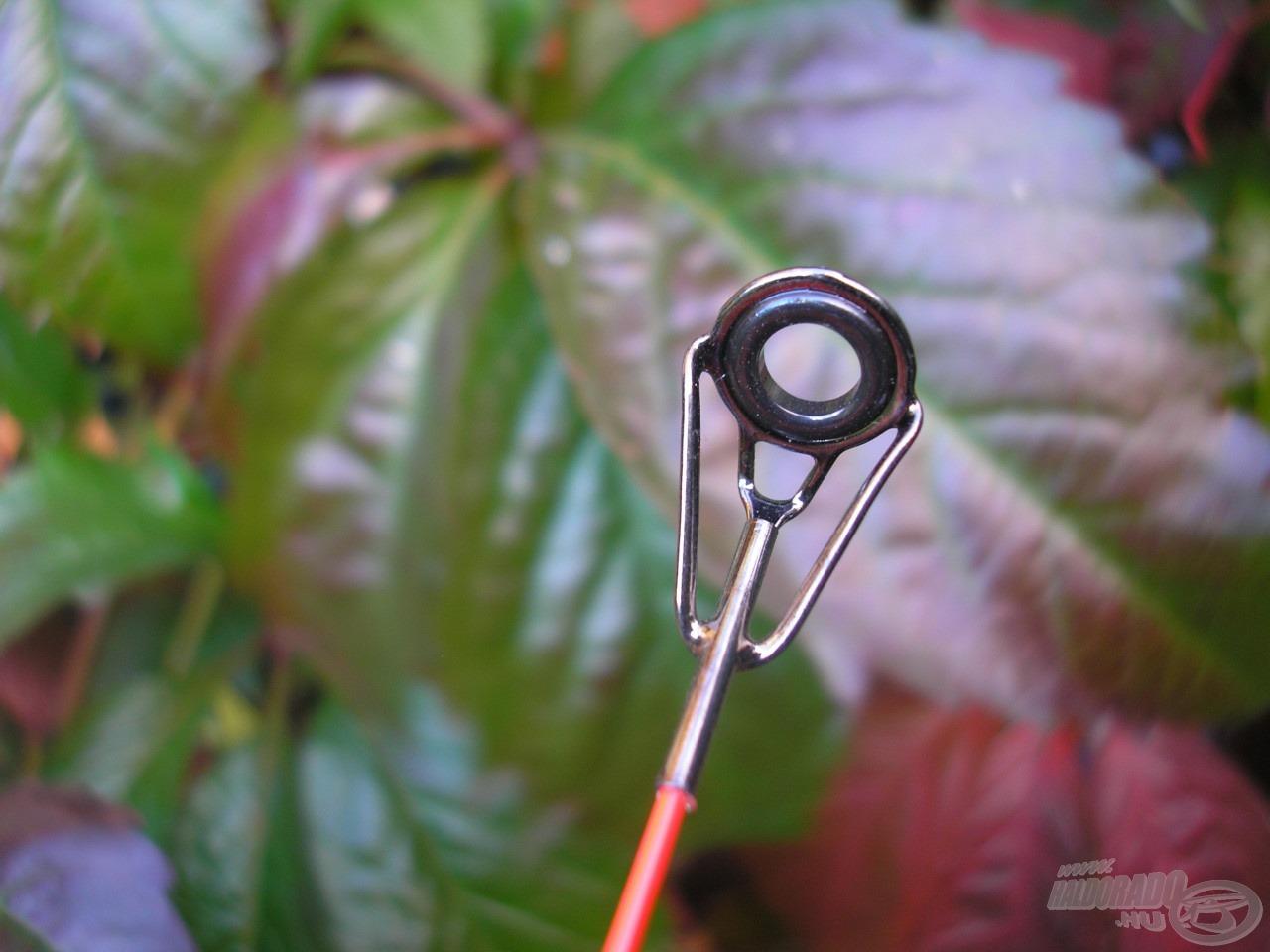 Nagyméretű gyűrűk a rezgőspiccen, mely dobásnál és fárasztásnál is csupa előnnyel jár, illetve a folyóvízi feederezést is pozitívan szolgálja