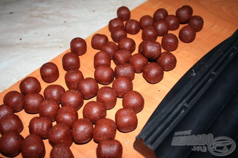 Ezért a 24 mm átmérőjű bojlit, mellyel képes vagyok a 130 méteres távolságra elhelyezett etetést is megdobni…