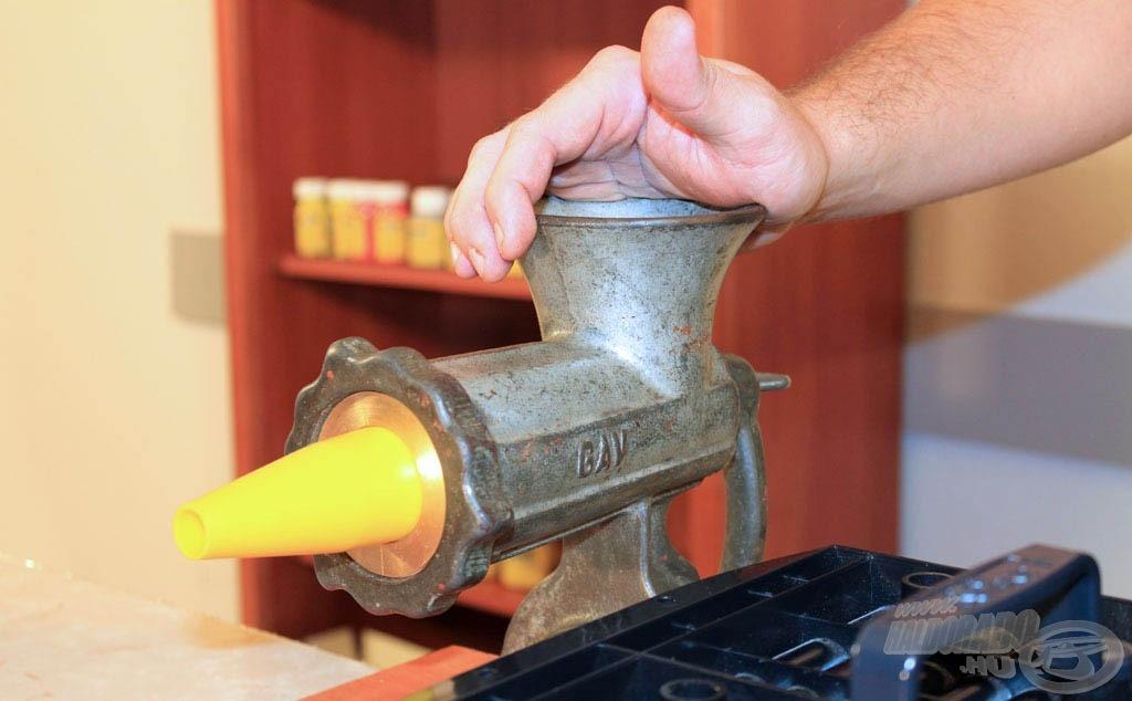 Az első, egyik legfontosabb eszköz a húsdaráló!