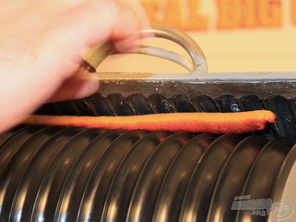 A következő gép - mely a sűrített levegős pisztolynál is hatékonyabb - az elektromos bojliroller… (ennek rendkívül gyors működését a cikkhez tartozó kisfilmben nézhetitek meg)