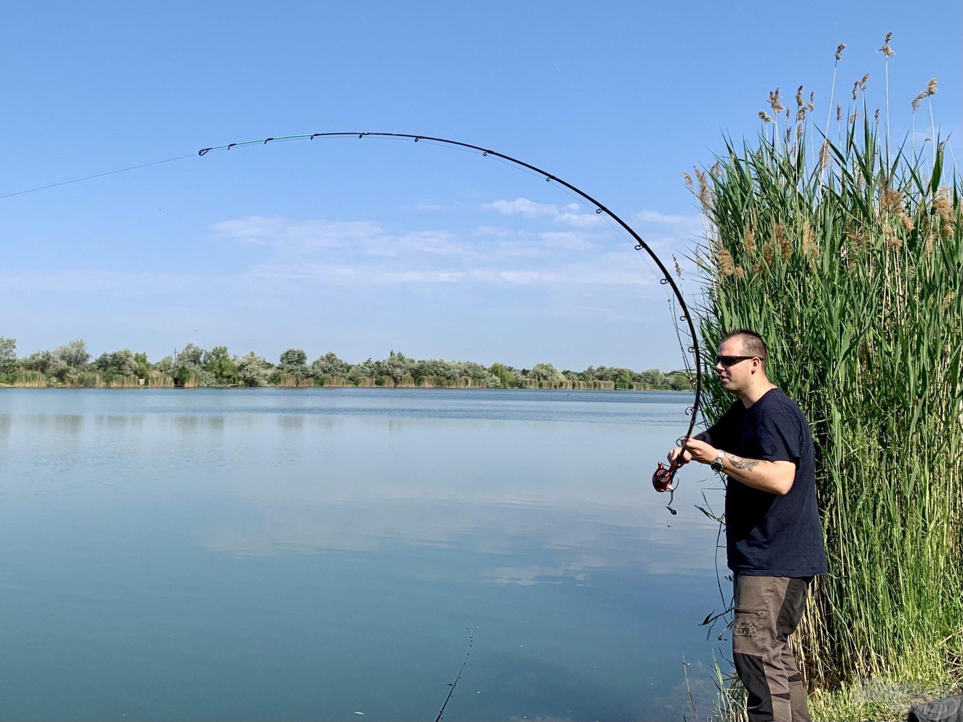 Forró nyári nap reggelén horgon az első hal…