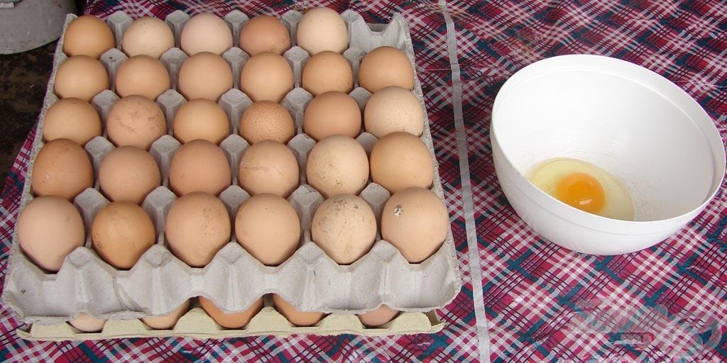 Első lépés: törjétek fel a tojásokat