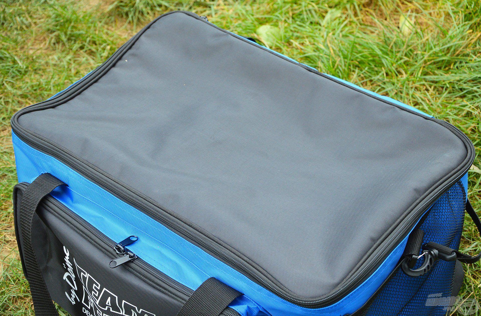 A táska anyaga nylon szövet, ráadásul a fedél rész mérsékelten vízlepergető hatású