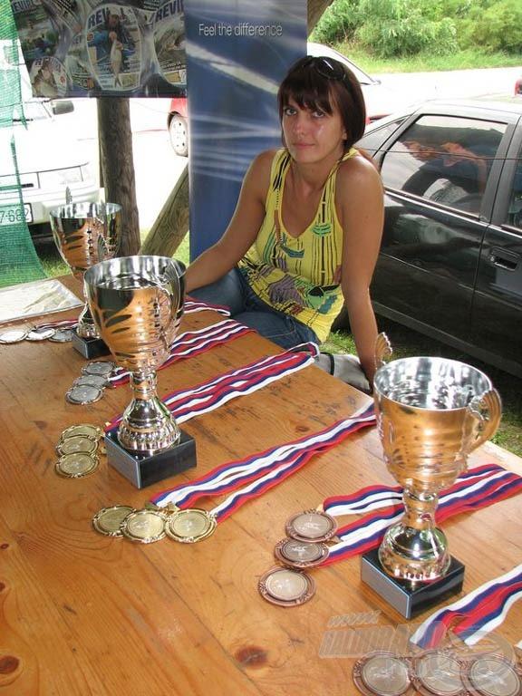 A dobogós csapatokat a ligaverseny minghárom csoportjában serlegekkel díjazták