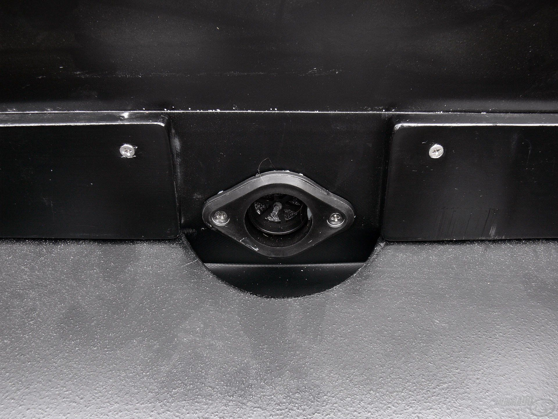 A fartükör alsó felén van egy vízleeresztő nyílás…