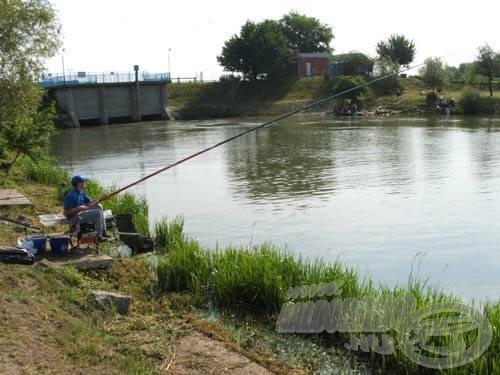 Folyóvíz lévén a horgászat alatt többször ellenőriztem a mélységet, hogy biztos legyek abban, nem változik a vízszint, és a csali érinti a feneket