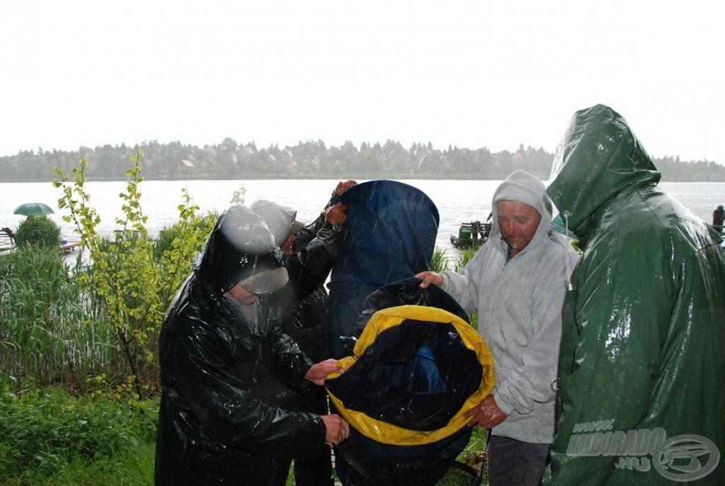 Pár perccel később a mérlegelőknek hidegzuhanyként az eső és KisImzó fogása jutott