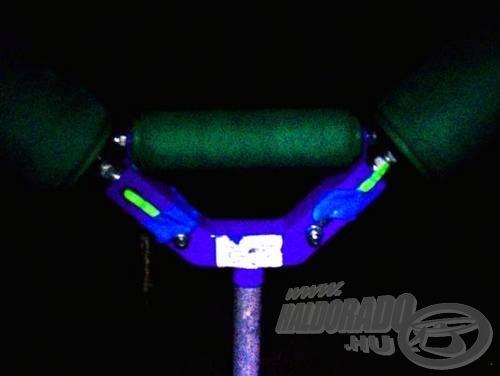 Tipp: Érdemes a világító patronból a görgőre is rögzíteni, ezzel téve könnyebbé a bot hátratolását