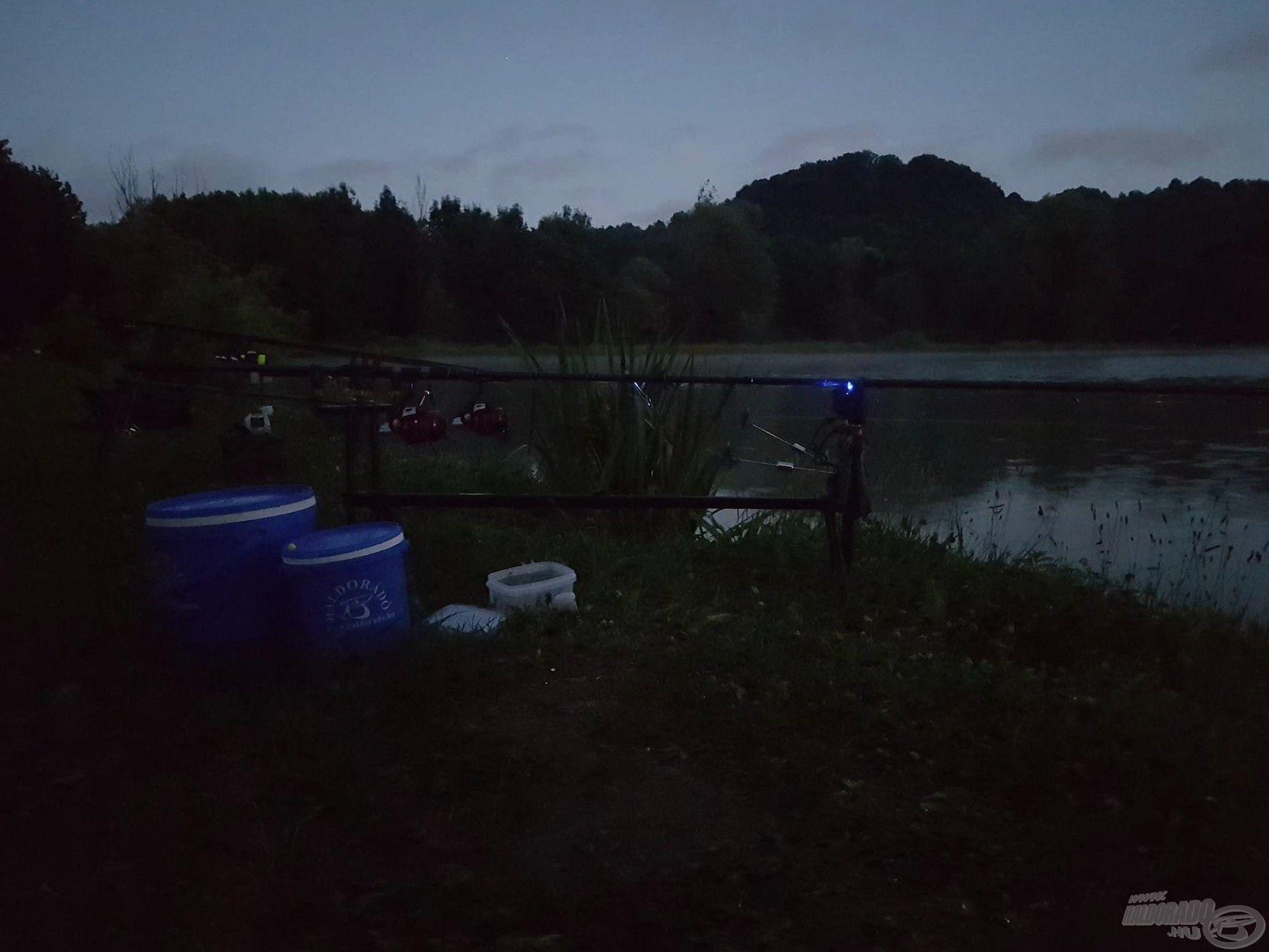 Leesett az éjszaka, felszereltem a kapásjelzőket, mert egész éjszaka horgászunk és aludni is kellene