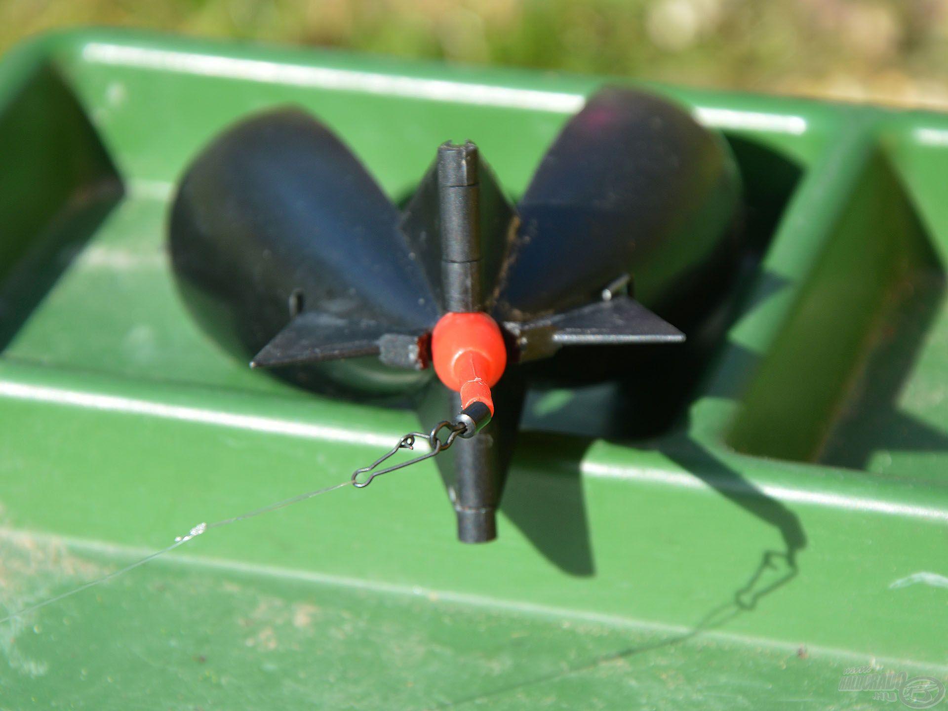 A Vario Method feeder kosár szétszedése pillanatok műve! Ezt követően a véghurokba kell beleakasztani a kisméretű Spombot, és már etethetünk is!