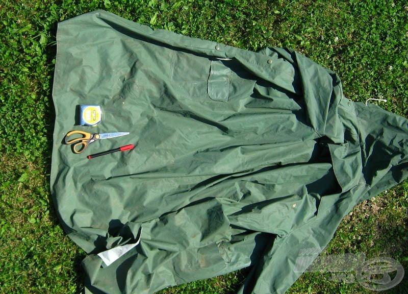 A szükséges eszközök: egy régi, rossz esőkabát, mérőszalag, filctoll és olló