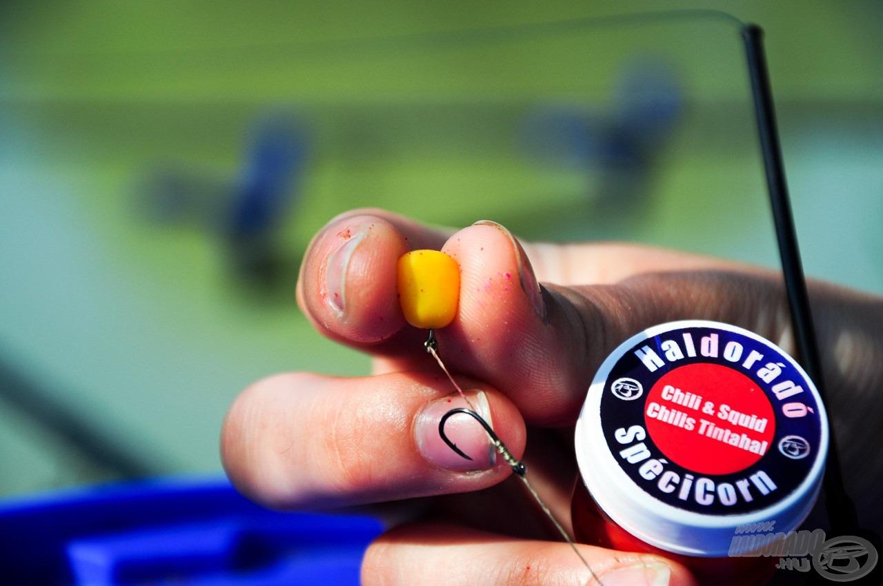 A tökéletes csali is adott, amely a SpéciCorn. Ez a lebegő ízesített gumikukorica piros és sárga színekben került a tégelybe