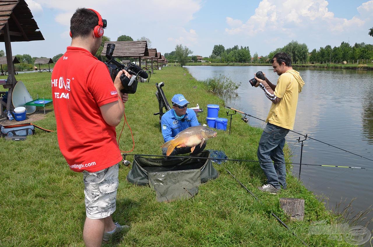 A Fishing & Hunting TV stábjával készítettünk az új csalogatóanyagokról és használati tippjeiről egy kisfilmet. Az operatőrök is elképedve látták (és rögzítették) a hatásosságát