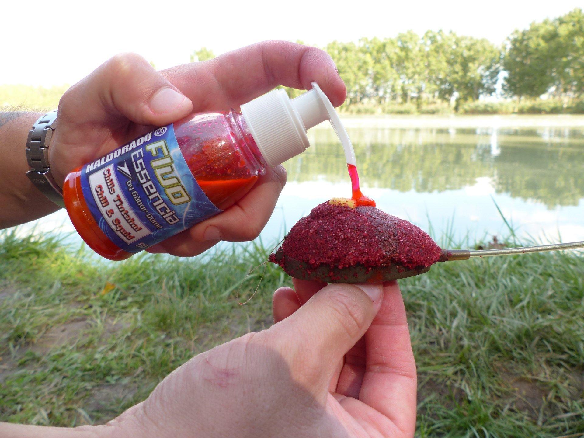 A megtöltött kosárra érdemes egy kis Fluo Essencia aromát nyomni, így már a vízbe csapódás pillanatától kezdve kifejti az a hatását