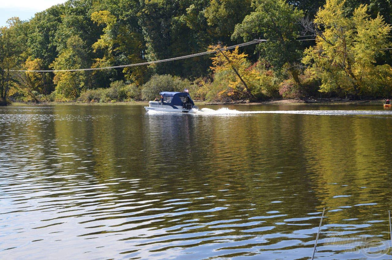 Egy lassú pontonhajó tisztes távolban került meg, mennek piknikezni kicsit a vízen