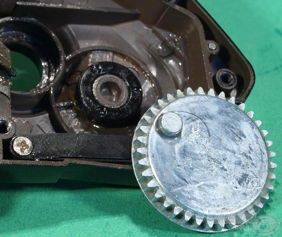 A dobemelő fogaskerék nem közvetlenül a fém csapon forog, hanem egy műanyag persely közbeiktatásával