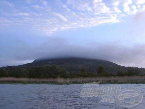A hajnali szél vulkánhoz méltó díszt varázsolt a Badacsonyra