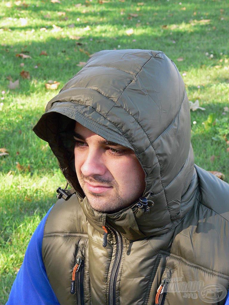 Ha igazán zorddá válik az időjárás, nagy segítséget nyújt a nyakvédővel és merevszegélyes simléderrel ellátott kapucni!