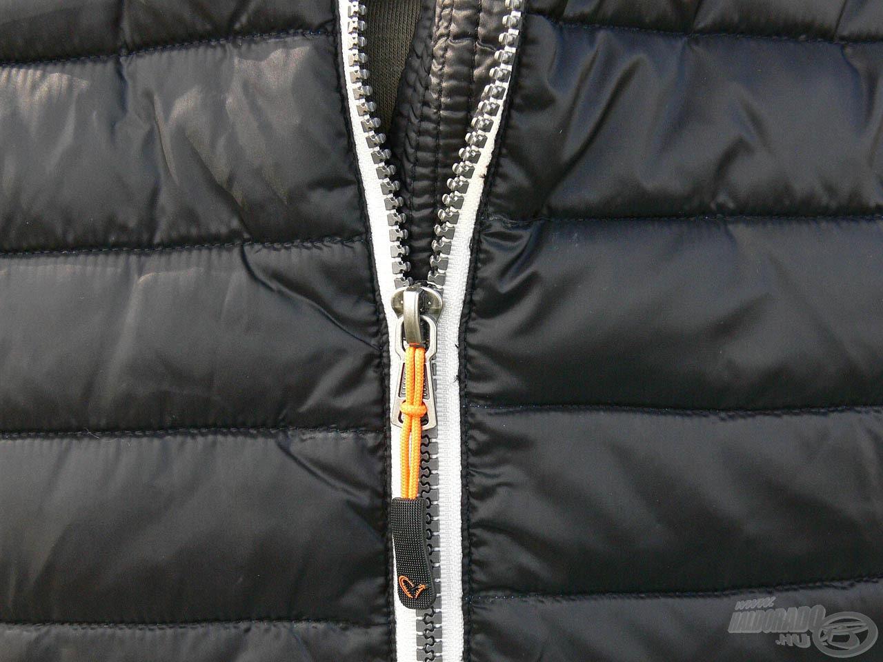 Dupla varrások és erősített cipzár felel a kabát hosszú élettartamáért!