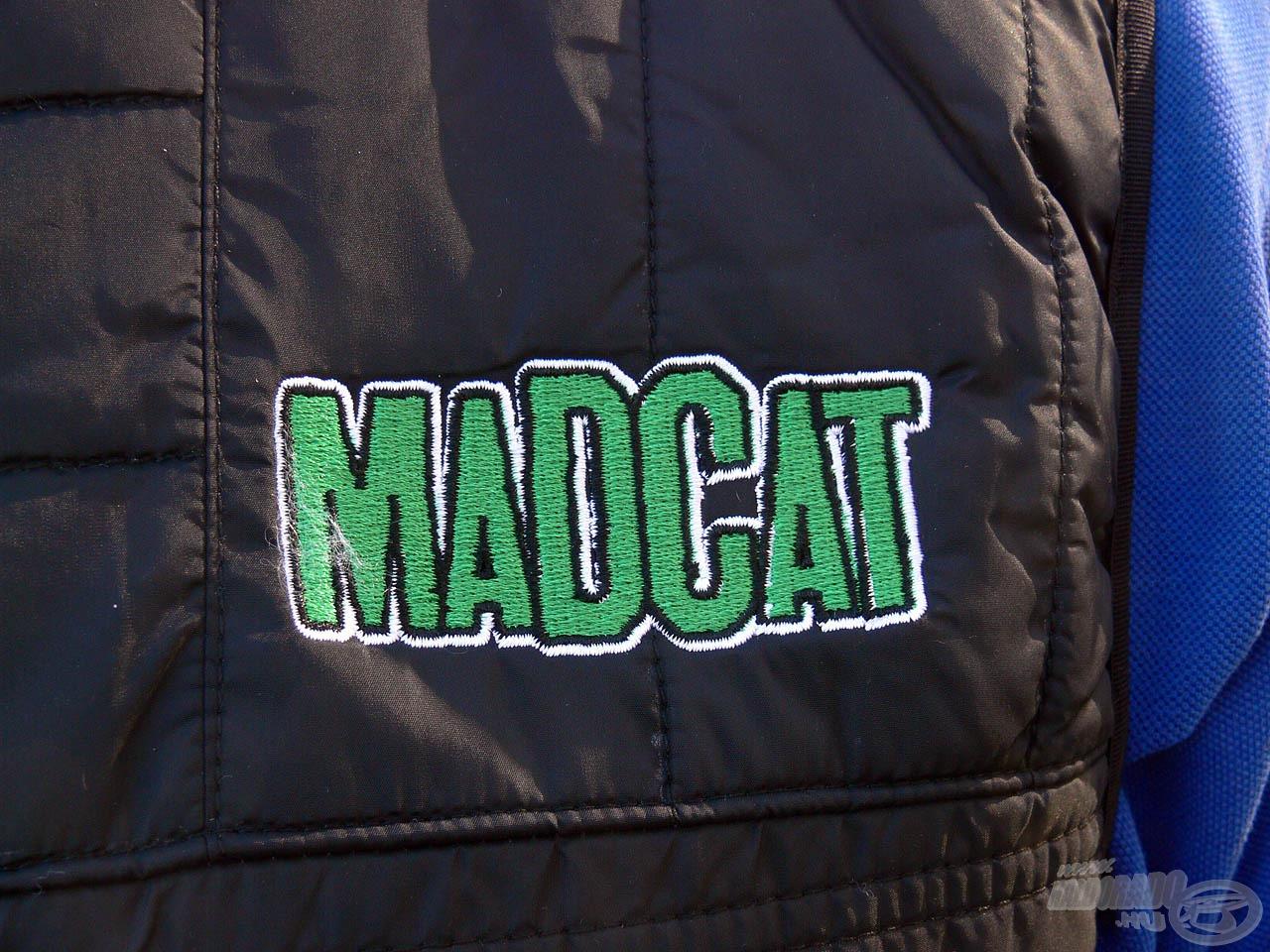 … a mellrészt pedig egy igényesen hímzett Mad Cat logó díszíti