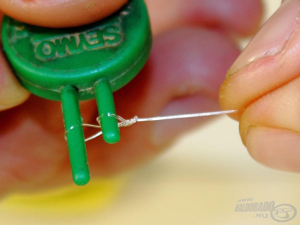 Monofil zsinórnál nagy segítség a hurokkötő, amivel igen pici végfület lehet készíteni