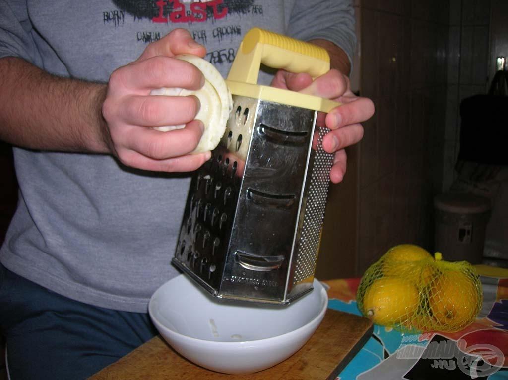 A felesleges részek eltávolítása után almareszelőn reszeljük le