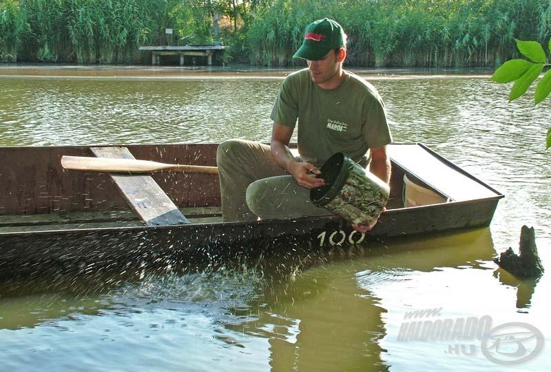Gábor a horgászat napján csak néhány marékkal szór be az etetésre szánt magokból