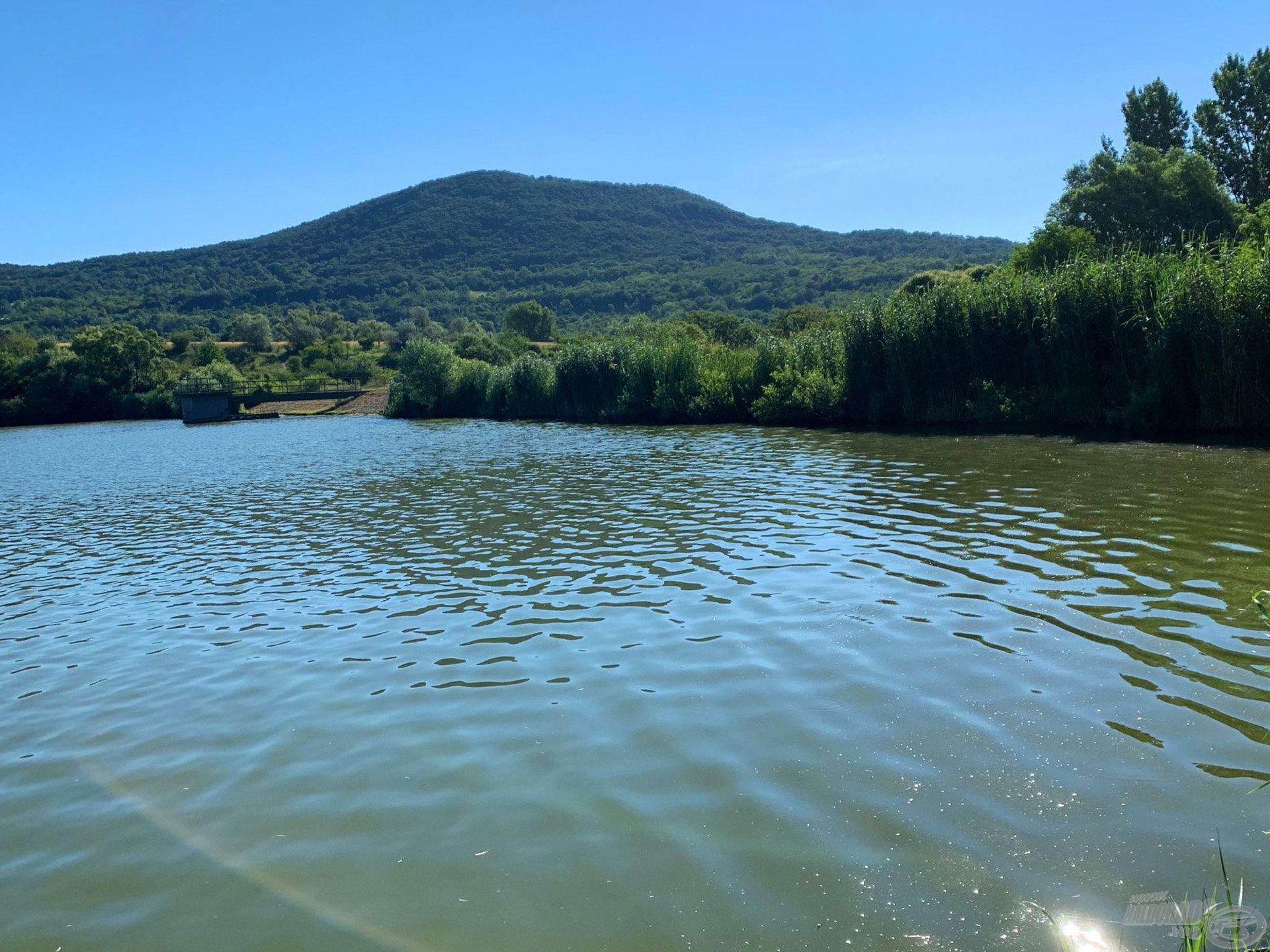 A tó gátjának sarkán foglaltam helyet