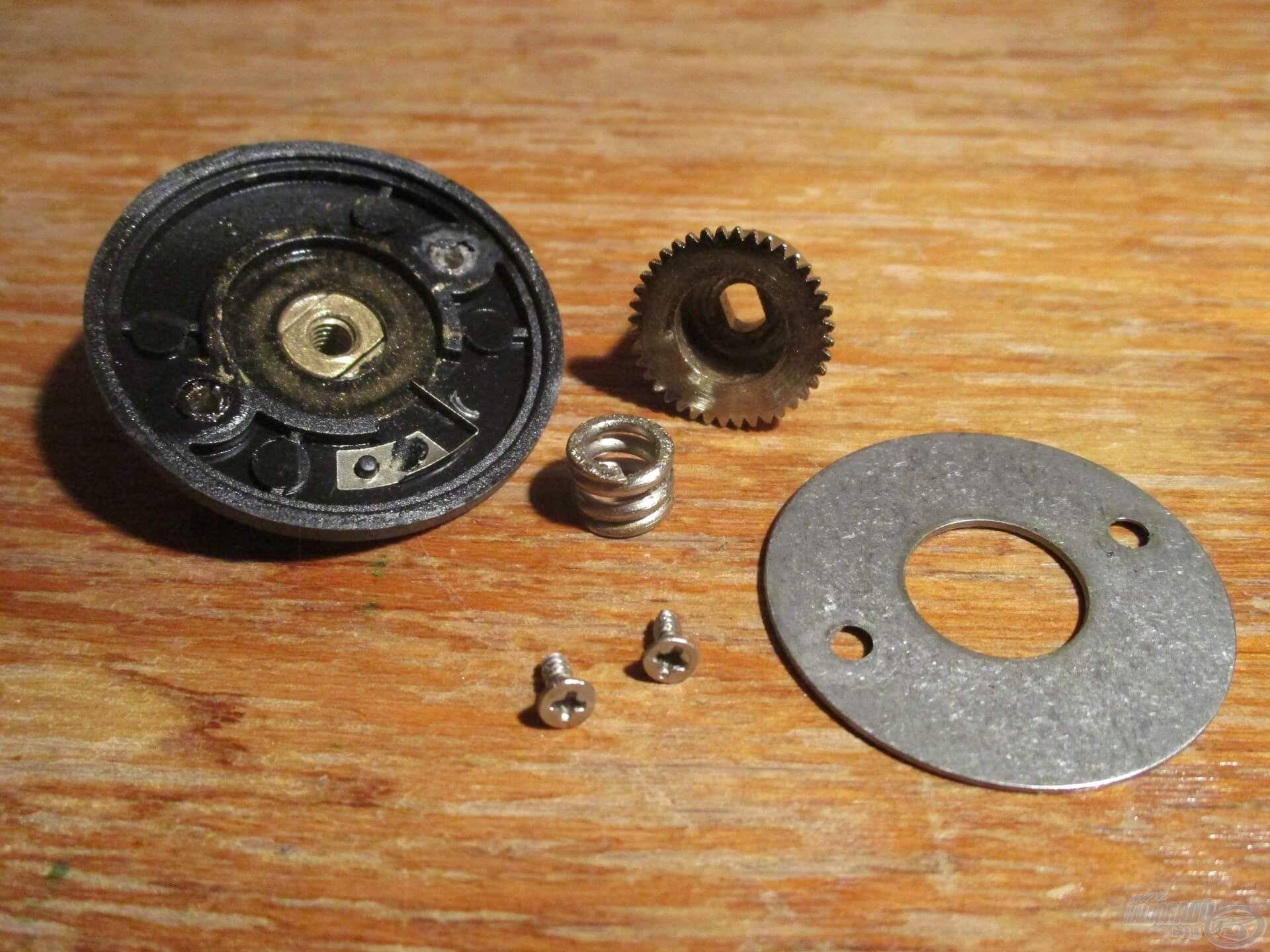 Csavarok, recsegő, fogaskoszorú, alátét és egy pici rugó. Ez a rugó a fékátalakítás elsődleges kulcsa!