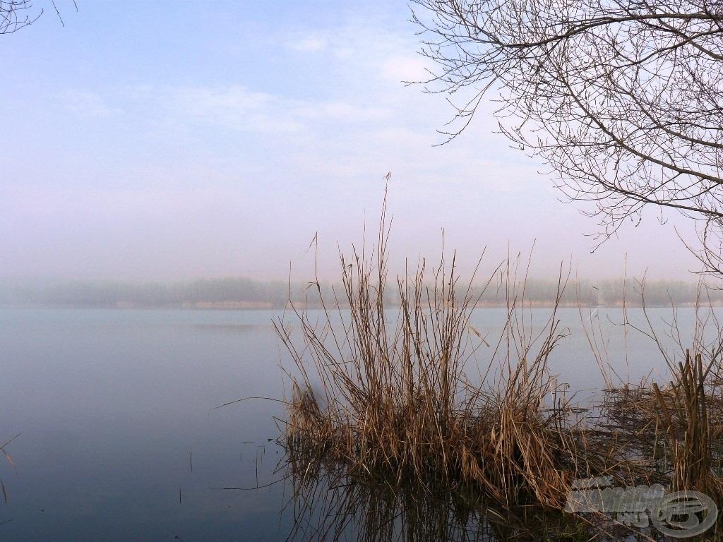 A Sinkár-tó a hajnali ködben
