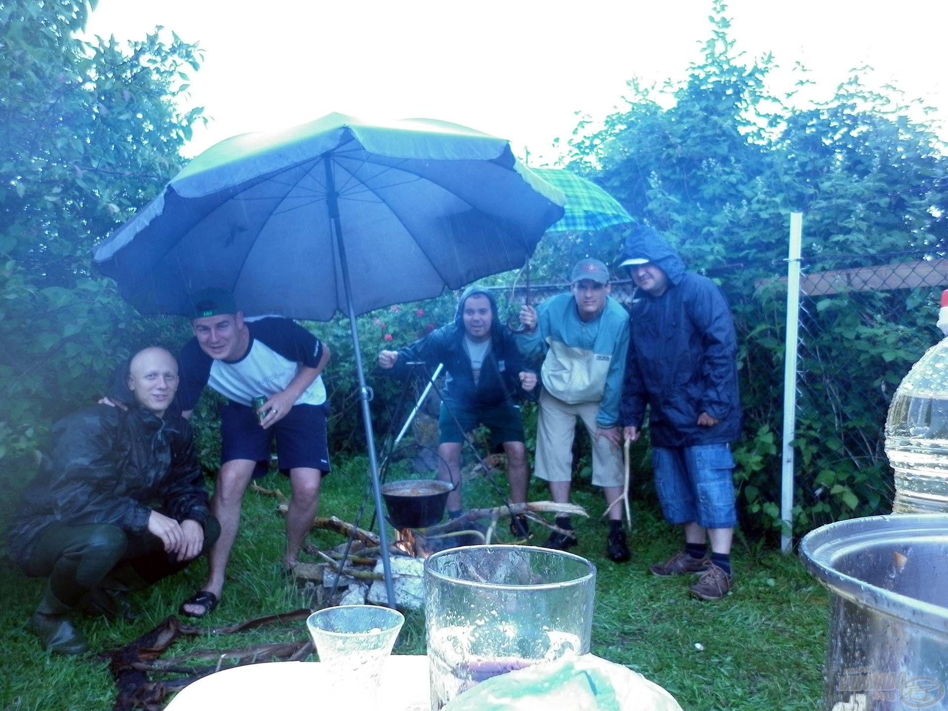 … az esőben is (balról: Anti, Bubu, Jankó, Viri, én)