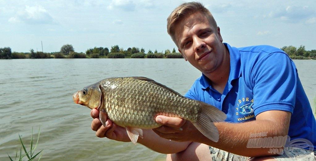 Pontyok mellett termetes kárászok is színesítették a horgászatot, örömmel pózoltam velük is