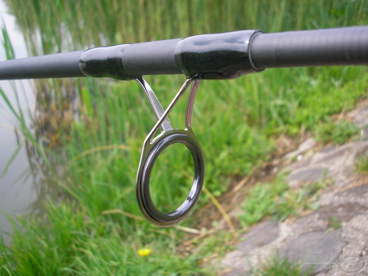 Hatalmas - a zsinór lefutásánál szinte csak asszisztáló -, 30 mm-es belső átmérővel rendelkező keverőgyűrű