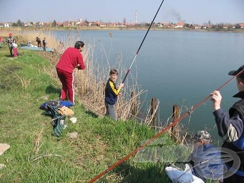 Aki horgásziskolába jár, annál az is megeshet, hogy a pontyfogó válogatott csapatkapitányától tanulhatja el a horgászat fortélyait. Érdekes, ezekről az órákról még nem szökött meg senki. Bojan Bojanić a muzslyai horgásziskola tanulóival
