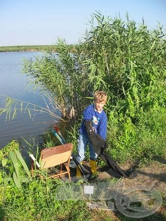 A kitartóak a horogbevetés művészetét kamatoztatják, így például Kinka Tamás, a felnőttekkel versenyezve már tízévesen a pecellói Nyári Napok horgászbajnoka lett