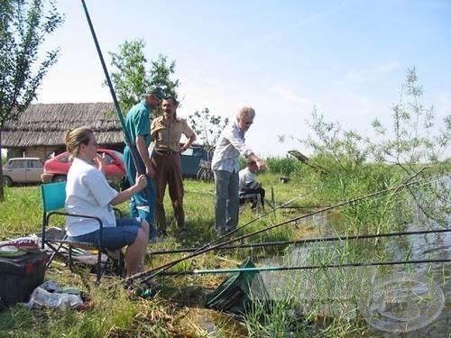 A furcsább egyének nemcsak horgásznak, élményeiket betűvetés formájában meg is osztják az olvasókkal. Sőt, hogy jobban összekuszálják tapasztalataikat, személyesen is találkoznak a vízparton. Mint például a péterrévei Csík-tavon a Vajdasági Vízenjáró Tollforgatók