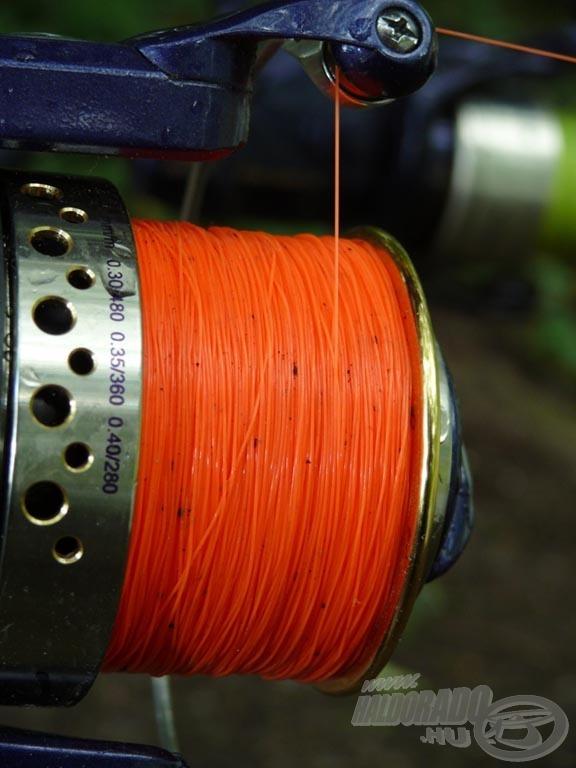 A feltűnő színű zsinór nagy előny, főleg éjszaka, villanymotor használata közben